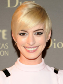 Anne_Hathaway_blonde_short_hair